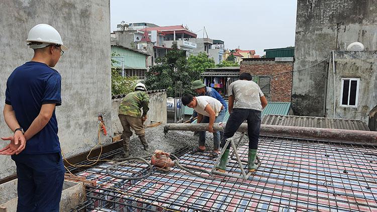 Đội ngủ kiến trúc sư ktshanoi giám sát quá trình thực tết đổ bê tông